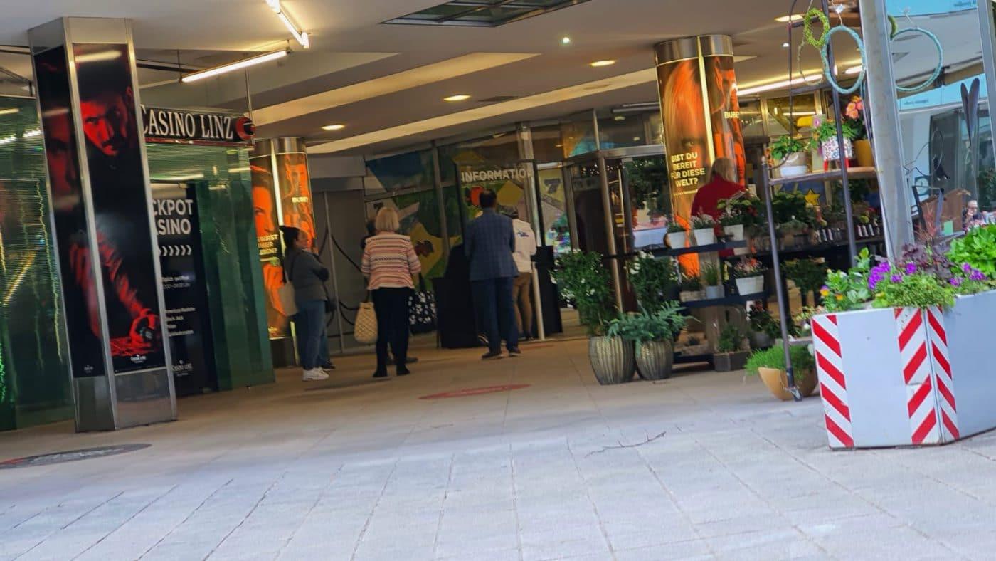 Auch im Casino Austria Linz bildete sich eine Warteschlange