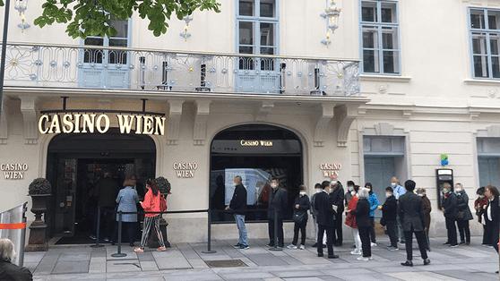Vor dem Casino-Standort in Wien bildete sich schon in den Morgenstunden eine Warteschlange